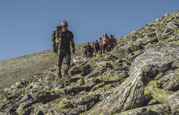 Are Lerstein leder gruppen i rolig tempo ned fra Bråkdalsbelgen (1915 moh)