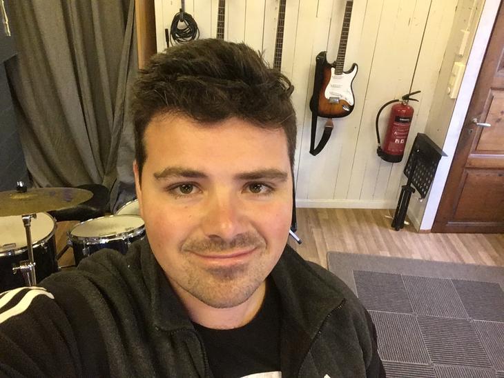 Daniel Løset Kristiansen er musikkterapeut i Fredrikstad kommune
