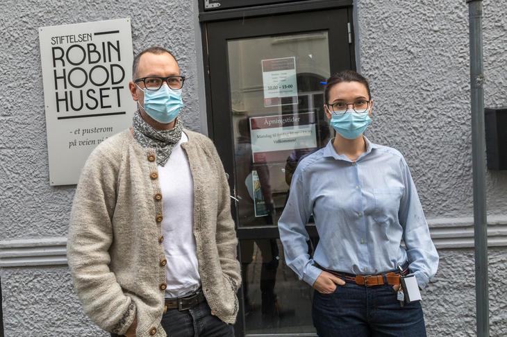 Leder Marcos Amano og nestleder Ingrid Døskeland i Robin Hood-huset er kritisk til at Bergen kommune vil videreføre at bare ett av byen Nav-kontorer skal være åpen for drop-in.