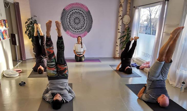Det er pusten som er avgjørende i yoga. Ofte er det bare den du hører i salen. Foto: Joacim Svingen