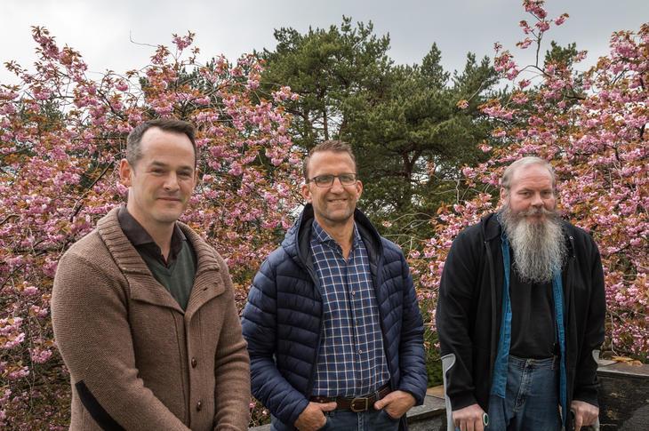 Leder for den nye RoP-enheten i Bergen Roger Atle Kårstad (tv) sammen med Ove Vestheim, leder erfaringspanelet for psykisk helse og rus, og erfaringskonsulet Bjørn Ringdal har samarbeidet for å få en best mulig innretning på det nye tiltaket.