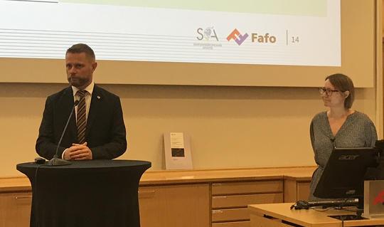 Helseminister Bent Høie og Fafo-forsker Inger Lise Skog Hansen ved overlevering av evalueringsrapporten om opptrappingsplanen. Foto: Berit Simenstad