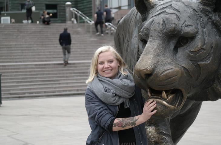 En fighter. Med tatovert tiger står Martine Kihle Dalsrud på for barn som har foreldre som er rusavhengige